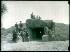 Retrato de grupo en la entrada a la Cueva de Menga, Manuel Gómez-Moreno de pie en lo alto del túmulo. (Antequera, Málaga). 1904