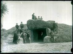Retrato de grupo en la entrada a la Cueva de Menga, Manuel Gómez-Moreno de pie en lo titleo del túmulo. (Antequera, Málaga). 1904