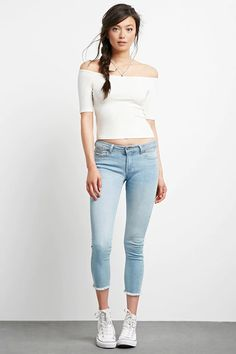 A pair of low-rise ankle jeans with a skinny fit, frayed hem, five-pocket construction, and a zip fly.#f21denim