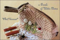Pink Caramel 白詰草のポーチ ★★★ コロニアルステッチでお花を刺繍します。