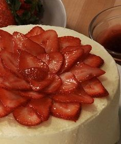 Creating a beautiful cake doesn't require professional skills or fancy equipment. Here's an easy way to dress up your cake using fresh strawberries.