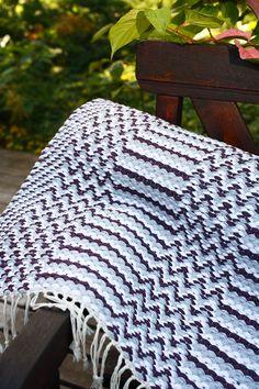 Lemmenpolku on mutkallinen ja raidallinen! Loom Knitting Patterns, Knitting Stitches, Hand Knitting, Stitch Patterns, Knitting Tutorials, Weaving Projects, Crochet Granny, Woven Rug, Handicraft