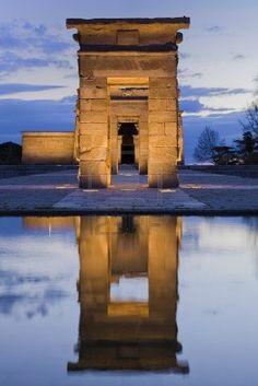 Reflexión de la puerta del templo egipcio   de Debod (está actualmente en Madrid)