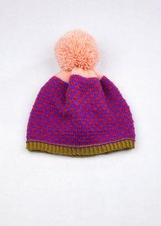 Modellato Beanie Pom Pom Macchiolina viola & rosso 100% Lana peruviano Highland Dire ciao al tuo cappello nuovo inverno! Progettato e a