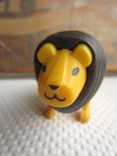 Vintage Fisher Price lion. J'adore.