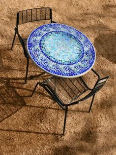 How to make your own mosaic table~    (Sure looks like a craft that I would enjoying making one of these days!)