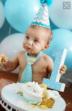 38 trendy birthday pictures with balloons cake smash Baby Cake Smash, 1st Birthday Cake Smash, Baby Boy First Birthday, Smash Cakes, 1st Birthday Photoshoot, Its A Boy Balloons, 1st Birthday Pictures, Birthday Ideas, Photo Deco
