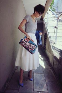 白スカート、グレー、ブルー、柄クラッチ