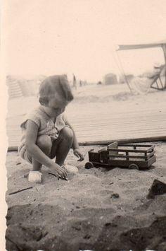 Photographie Anonyme Vintage Snapshot Plage Enfant Sable Camionnette Jouet JEU | eBay