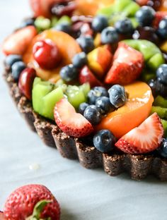 summer fruit tart with chocolate coconut cashew crust with @rodellevanilla I howsweeteats.com