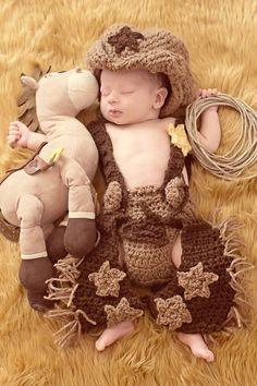 Baby patterns, baby boy cowboy, cowboy baby clothes, cowboy o Crochet Baby Clothes, Crochet Baby Shoes, Crochet For Boys, Crochet Boots, Newborn Crochet Outfits, Crochet Converse, Crochet Sandals, Baby Set, Baby Kostüm