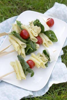 Pastasalade op een stokje. Zo kun je deze pastaspies met kippesto en spinazie ook noemen. Een leuk en lekker hapje om mee te nemen naar een picknick, dagje weg of etentje met vrienden.