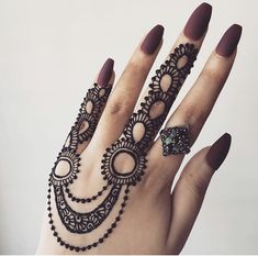 Many women do not want a full mehndi design such as the traditional ones and opt for simple designs that do not have lots of intricate elements. If you are one of them, then simple finger mehndi designs is the new trend you should watch out for! Henna Tattoo Designs, Mehndi Tattoo, Henna Tattoos, Finger Henna Designs, Mehndi Designs For Beginners, Mehndi Designs For Fingers, Henna Mehndi, Bridal Mehndi, Henna Mandala