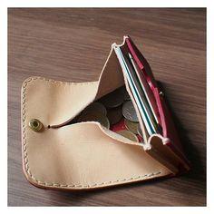 . . 突発的に浮かんだ物を形にしてみました✨ . ハンドメイド#レザークラフト#手縫い#革#レザー#栃木レザー#小銭入れ#コインケース#財布#ウォレット#leathercraft#leatherwork #handmade#leather#wallet