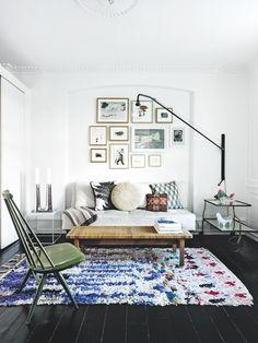 Sofaen er et arvestykke, den højryggede stol fra et loppemarked, og sofabordet/bænken er designet af Børge Mogensen og købt på auktion. Sidebordene er fra Hay og Svenskt Tenn. Gulvtæppet er fra Marokko, mens væglampen er fra Vitra. Puderne er souvenirs fra parrets mange rejser.