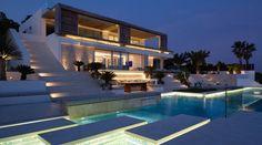 La firma de arquitectura SAOTA, junto con diseñadores de interiores ARRCC, han diseñado Roca Llisa, una casa de diseño minimalista ubicada en Ibiza, España.  Esta villa moderna situada en la isla de Ibiza llama la atención gracias a su sorprendente arquitectura que combina elementos contemporáneos con materiales naturales.