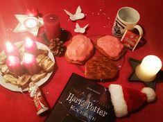 Zum vierten Advent gibt es leckere Zimtbrötchen aus dem inoffiziellen Harry-Potter-Kochbuch vom riva Verlag. Eine super Leckerei für Bücherwürmer und alle anderen Schlemmermäulchen. Schaut vorbei und lest, wie ich gebacken und hantiert habe :-D Ein schönes Fest euch und genießt leckere Weihnachten!