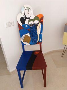Femme assise sur la chaise