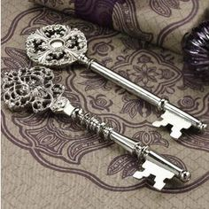 love old keys! Reminds me of the key that Mary finds in her mother's room in the movie, the secret garden. Antique Keys, Vintage Keys, Antique Silver, Vintage Decor, Vintage Antiques, Under Lock And Key, Key Lock, Key Key, Knobs And Knockers