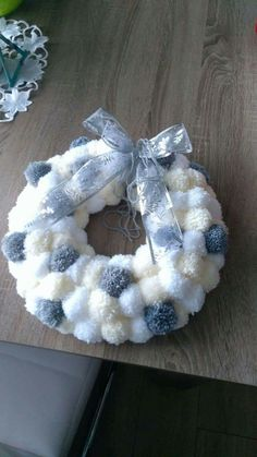 corona manualidades Check out these awesome Christmas Decorating Ideas to Turn Your Home Into a Winter Wonderland - Pom Pom Wreaths Christmas Pom Pom Crafts, Christmas Wreaths To Make, Handmade Christmas, Holiday Crafts, Christmas Crafts, Christmas Decorations, Christmas Ornaments, Christmas Ideas, Pom Pom Decorations