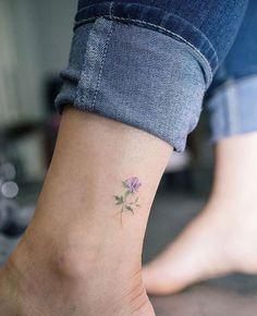 idée tatouage petite fleur lilas sur la cheville, idée de dessin floral sur peau coloré
