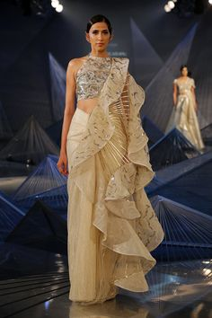 Here are the top 20 Modern ways Saree Draping Styles to Look Different & Beautiful. I love saree draping with different new styles, which I called Kurti Designs Party Wear, Lehenga Designs, Saree Blouse Designs, Indian Fashion Designers, Indian Designer Outfits, Designer Dresses, Saree Draping Styles, Saree Styles, Indian Wedding Outfits