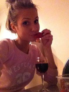 Алёна, 22, Москва, ищу: Парня  от 20  до 27 http://loveplanet.ru/page/alenakharchd547/affiliate_id-90971  Цель знакомства: Секс