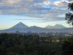 Ciudad de Guatemala con los volcanes de Agua, Fuego y Acatenango al fondo