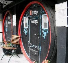 Eine verrückte Übernachtungsmöglichkeit für Weinfreunde in Rüdesheim. Das Trendhotel im Weinfass zum Ausprobieren für Wanderer, Weinliebhaber und als Kurztour. Im Weinfass schlafen nahe der Drosselgasse.