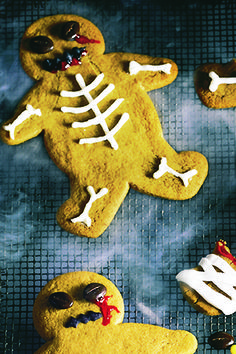 These spooktacular gingerbread zombies are ghoulishly good and terrifyingly tasty. The little ones will love creating their very own scary monsters and with this easy Halloween recipe your party's sure to be a scream! | Tesco