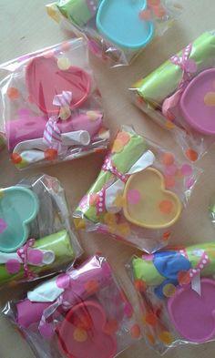 pakketje met bellenblaas, ballon en een hartendoosje van de Action met rozijntjes erin.