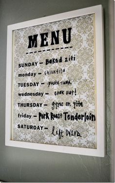 Memobord menukaart van fotolijstje. Elke week kan je met whiteboard marker andere dingen opschrijven. (Schrijf eventueel de dagen van de week met glasstift op het glas)
