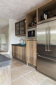 Amerikaanse koelkast in houten keuken