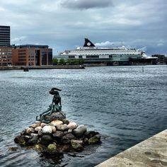 The Little Mermaid statue is a top must-see sight in Copenhagen. Det Lille Havfrue in København is often seen as the symbol of Denmark.