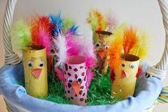 activités pour enfants et déco de Pâques avec des rouleaux de papier toilette multicolores