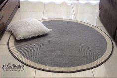 Este tapete é lindo, discreto, delicado e muito chique. #tapetecinza #tapetedecroche #decoração #decoraçaoquartodebebe