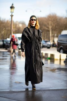 The Best Street Style Looks From Paris Fashion Week Fall 2020 Autumn Street Style, Street Style Looks, Cool Street Fashion, Paris Fashion, French Brands, People Sitting, Style Snaps, Duster Coat, Raincoat
