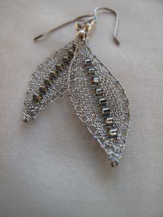 Stříbrné hrášky s grey linkou Náušnice paličkované ze stříbrné PES nitě, doplněné o sekané korálky - se stříbrnošedým pokovem. Délka náušnic včetně zapínání je 6 cm. Velikost náušnice je 1,5x4,5 cm. Náušnicový závěs je háček vyrobený z chirurgické oceli Osteofix, jištěný plastovou zarážkou. V nabídce je též varianta s křišťálovými korálky. ...