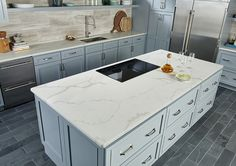 Check out Calacatta Classique—a new Italian quartz that looks like marble. An excellent choice for your kitchen countertops, this timeless classic will have your guests oohing and aahing! Cost Of Countertops, Quartz Kitchen Countertops, Kitchen Backsplash, Kitchen Worktop, Backsplash Ideas, Kitchen Cabinets, Slate Flooring, Kitchen Flooring, Calacatta Quartz