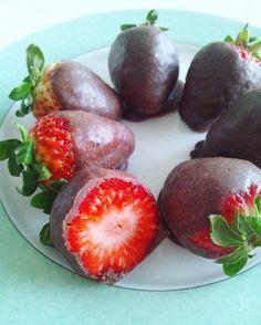 こつは苺とローチョコレート生地の接着になる粘度の高い天然甘味料(ココナッツネクターやアガベシロップ)を、ローチョコート生地をコーティングする前に苺にあらかじめ付けていること。