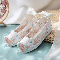 Korean Traditional Dress, Traditional Fashion, Traditional Outfits, Asian Shoes, Aesthetic Shoes, Beautiful Shoes, Shoe Collection, Cute Shoes, Cosplay