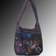 Bolsa  con bordados florales. #Crossbody #Bags #Embroidery #Floral #Bolsa #Handbags #Purses #Mexican #Fashion #Moda  #Bordada #Oaxaca