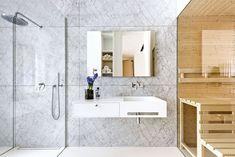 Koupelna je obložena šesti velkoformátovými tabulemi z carrarského mramoru, z nichž každá váží 130 kg. Je vybavena prostorným sprchovým koutem a její součástí je i finská sauna, která je oddělena termálním čirým sklem. Sprchový kout i na míru vyrobené umyvadlo z corianu jsou osazeny bateriemi Dornbracht.
