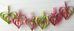 Decorazioni realizzate con carta e bottoni - Fantasia, carta e bottoni colorati per realizzare queste decorazioni di Carnevale a forma di cuori.