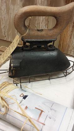 Zeer oud strijkijzer met opzetrooster, ook getoont in de Ariadne Brocante @ GoedGevonden in Koog aan de Zaan