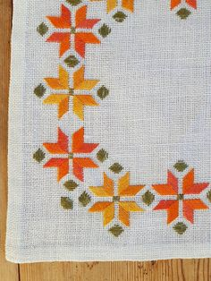 Beautiful embroidered tablecloth/dolly in white linen, good condition. Spottless.  The size is: 9 1/2 x 9 1/2, (inch)  The material is linen, cottonthread I also offer combined shipping and refund if the shipping cost is overpaid  Contact me if you have questions  Thank you for visit my vintage shop:)