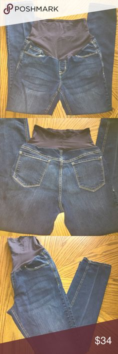 """🤰🏻 Maternity Dark Wash Skinny Jeans 👖 🤰🏻 Maternity Dark Wash Skinny Jeans 👖Size 10 Regular • Inseam is roughly 29"""" • Very comfortable - I loved these during my pregnancy • The only flaw is a pull on the panel that goes over the belly which will not be noticeable (see photo #5) • Great condition! ➡️ If you have any further questions, please ASK. Old Navy Jeans Skinny"""