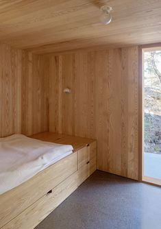 In this wood-lined Scandinavian bedroom, the bed has been raised to allow for storage or a pull-out bed, and simple globe-like lighting has been installed in the ceiling and on the wall. Interior Exterior, Interior Design, Interior Colors, Interior Plants, Modern Gazebo, Plywood Interior, Pull Out Bed, Scandinavian Bedroom, Minimalist Scandinavian