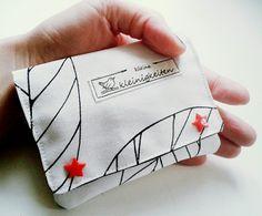 Ihr Lieben, vielleicht sucht ihr noch ein kleines genähtes Weihnachtsgeschenk? Dann habe ich einen Vorschlag: Wie wäre es mit einer kleinen Geldbörse? Ich habe wieder was für euch ausgetüftelt&#823…