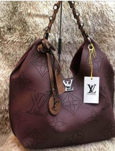 Bolsa Louis Vuitton The post Bolsa Louis Vuitton appeared first on Platinium Moda. Luxury Bags, Luxury Handbags, My Bags, Purses And Bags, Stella Maccartney, Bags Game, Stylish Handbags, Backpack Purse, Creations